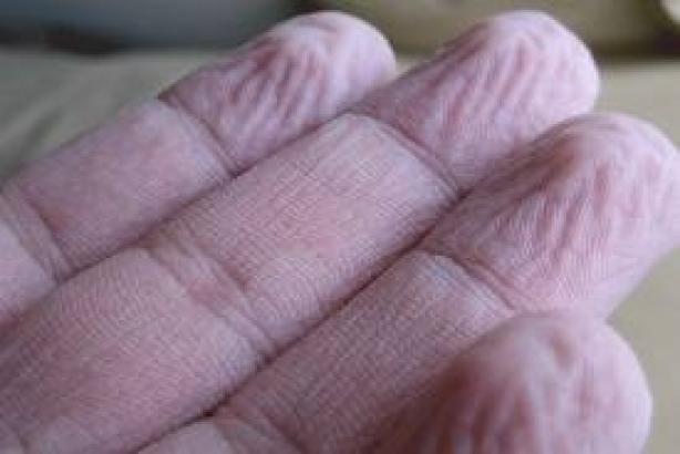 nedves lesz az ujjak között)